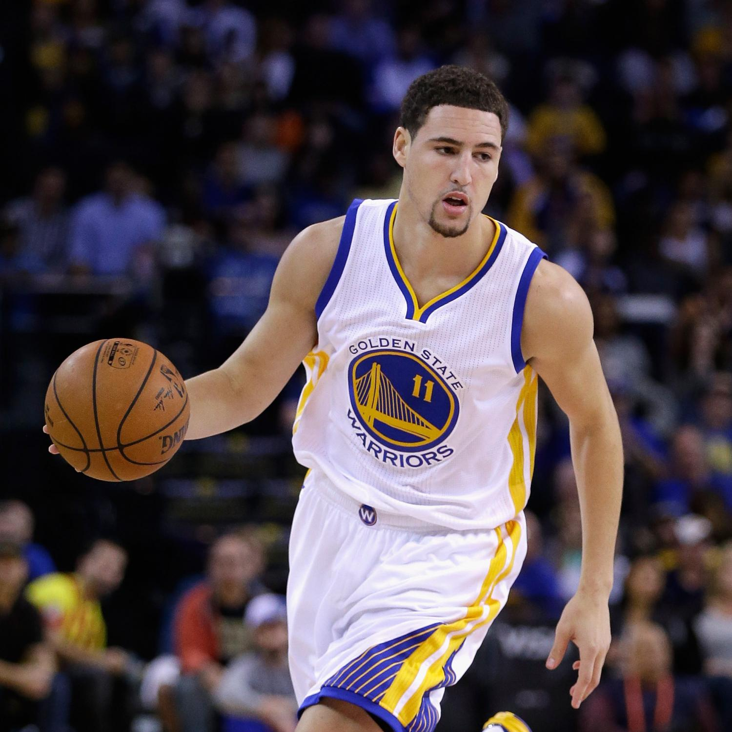 Handsome American basketball playerKlay Thompson playing in the court.